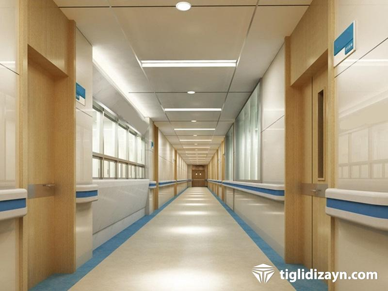 Hastane içi koridor ahşap kapı ve dekorasyon örnekleri